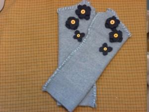Fingerless gloves with flowers
